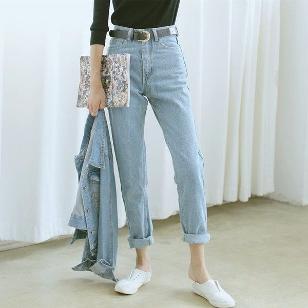 Chunky belt + high waist + baggy = jeans heaven. Good w pretty much anything.