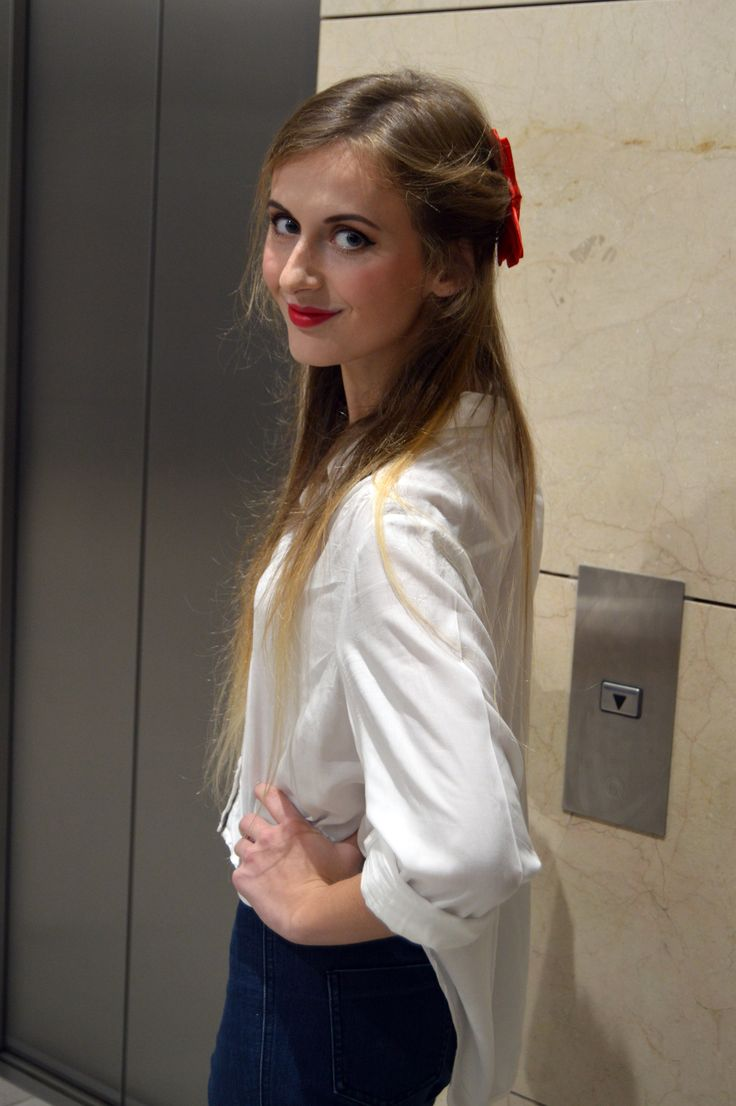 Pin up everyday outfit. Crop shirt and red lipstick. Fashion photoshoot.