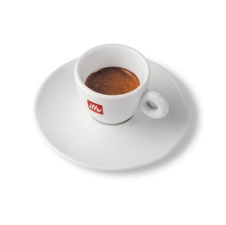 https://www.socafe.pt/acessorios/chavena-de-cafe-illy - A Chávena de Café illy é a escolha ideal para disfrutar das suas bebidas favoritas da illy. Em porcelana, trata-se de uma chávena branca e simples, com o logótipo da illy gravado na superfície exterior. A peça vem acompanhada de um prato para pousar a chávena enquanto saboreia cada gole do expresso. A illy é uma marca de café italiana, conhecida dentro do mercado cafeeiro internacional pelos seus cafés únicos e chávenas artísticas.