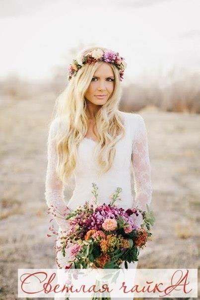 Образ невесты в стиле бохо Стиль «бохо» возник в 2000-х годах в США и Европе и представлял собой так называемую «непринужденную избыточность деталей». Не обошел этот богемный стиль и свадебную моду, снова став любимым среди невест во всем мире. Свадебные платья в стиле бохо изобилуют множеством кружева и шифона, всевозможными оборками, рюшами и бахромой. В прическе приветствуется легкая небрежность и растрепанность. И, конечно же, в образе присутствуют яркие и экстравагантные свадебные а...
