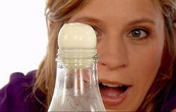 Tanja Mairhofer macht ein Experiment mit einem Ei und einer Flasche.; Rechte: WDR