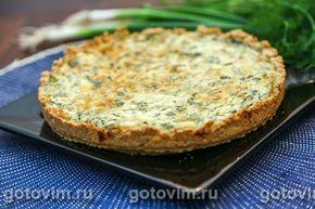 Киш с зеленью, творогом и сыром - открытый закусочный пирог, в котором начинку заливают смесью сливок с яйцами. Основа пирога - песочное тесто. Сорта сыра для начинки выбирайте по собственному вкусу.