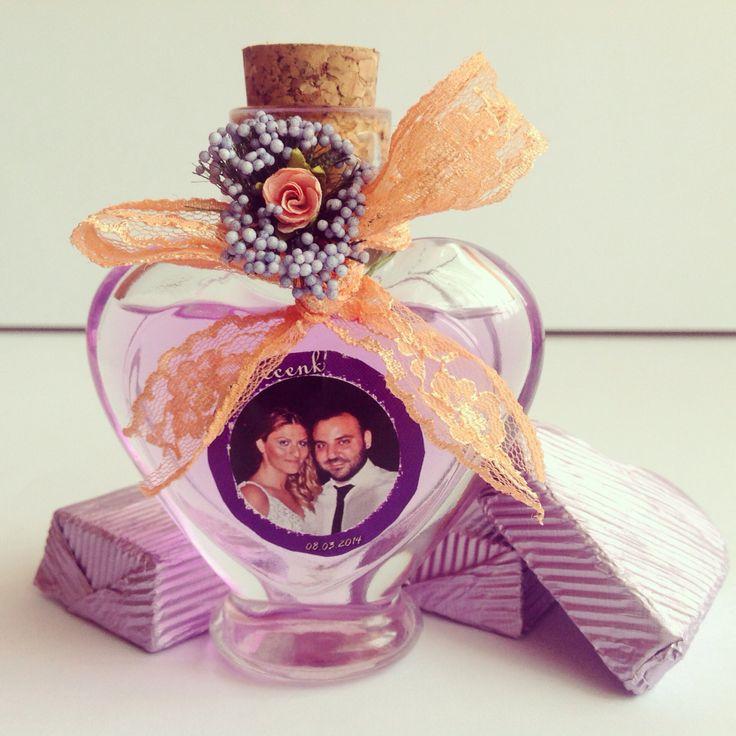 Kalp kolonya şişesi hediyelik, söz, kına, nişan, nikah organizasyonlarında davetlilere dağıtılmak üzere hazırlanır.