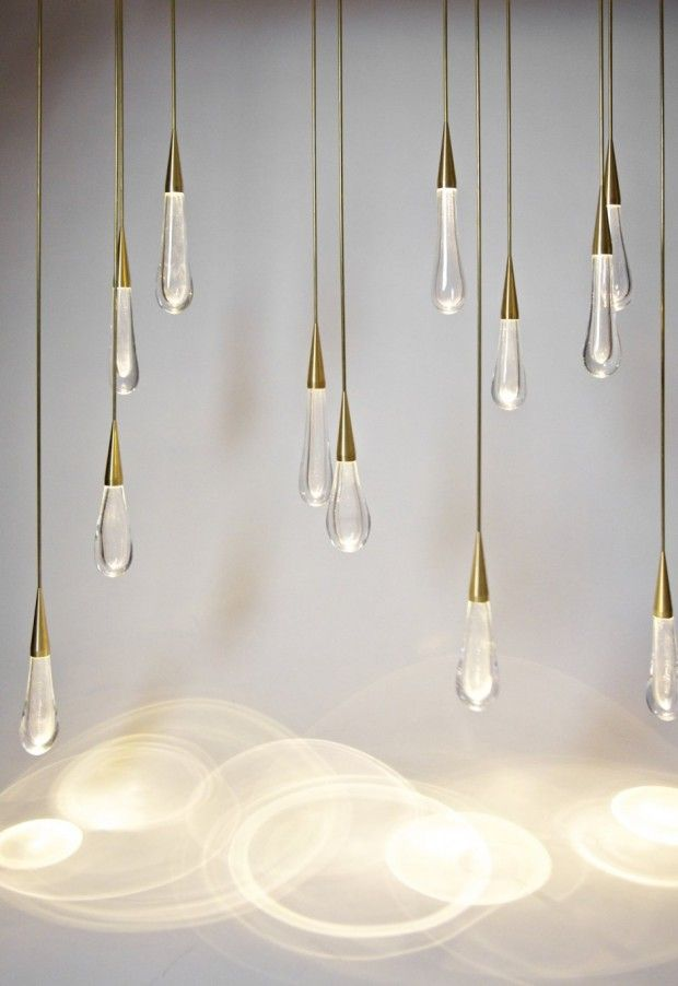 Dara Huang et Lisa Hinderdael de Design Haus Liberty ont récemment conçu « The Pour », un lustre en forme de gouttes installé dans un lieu à Tribeca, New York. Ce chandelier en gouttes de pluie est une sculpture lumineuse.