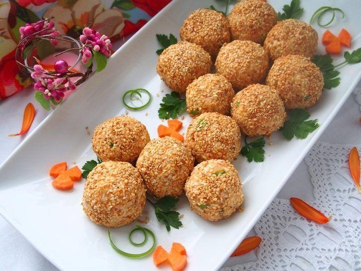 Представленные салатные шарики по вкусу очень напоминают салат «Мимоза», т.к. ингредиенты практически идентичны, но с некоторыми моими изменениями и дополнениями. Такие шарики получаются очень вкусными, нежными и украсят любой праздничный стол.