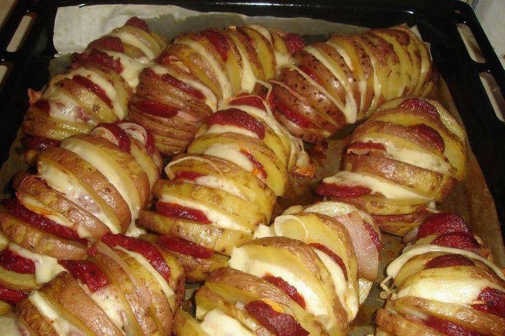 Ingrédients: Grosses pommes de terre Tranches de cheddar Saucisses en tranches. Bacon Oignon coupé en rondelles. Huile Sel Préparation : Bien laver les pommes de terre . Couper comme si on voulait les trancher mais pas jusqu'au fond Nous avons coupé les pommes de terre , les placer sur une plaque de cuisson allant au