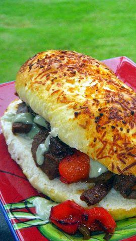 """Knoblauch Chipotle Parmesan Hamburger Buns ... Sie kennen die """"Designer""""-Brot bei Subway Sandwich-Läden. Nun, sie sind viel einfacher als Sie denken ... Auch in diesem Rezept Beitrag ist ein Foto """"how to"""" Lehr am Zubereiten heißer Hund geformt Brötchen. Und es immer wieder ... Sie können dies tun!"""