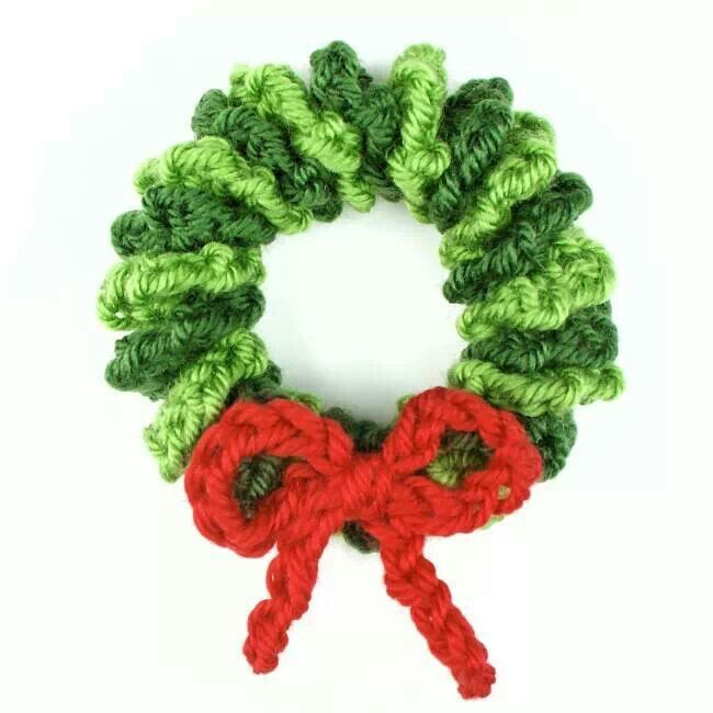 Free crochet pattern: Mini Christmas Wreath