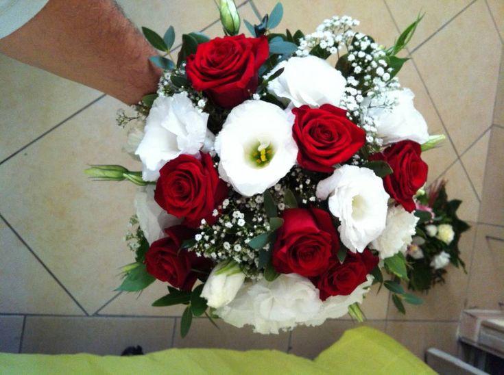 Bouquet de mariée rond rouge et blanc 60 euro.