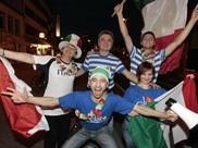 Guten Morgen! Wir sind noch traurig über die Niederlage gestern, doch ein paar deutsche Fans haben am Osnabrücker Neumarkt mit den italienischen Fans gefeiert (Foto: Michael Hehmann). Hier seht Ihr alle Bilder: http://www.noz.de/bildergalerien/65115155/