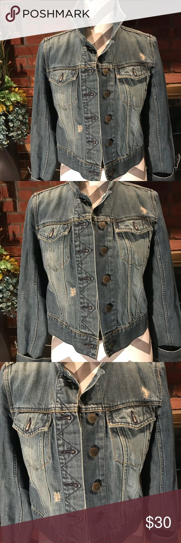 Woman's Old Navy jean jacket. Medium wash. Med. Old Navy jean jacket. Medium wash. Size M. In great condition. No tears, rips or stains. Old Navy Jackets & Coats Jean Jackets