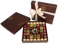 Hediyelik Çikolata... Özel gourmet baskılı kare kutu içerisinde 64 adet bohem, 24 adet kristal, 8 adet kelebek 9 adet yumurta çikolatalarla hazırlanmıştır.  İçinde sevgilinize iletmek istediğiniz özel notlarınızla gönderebilirsiniz.