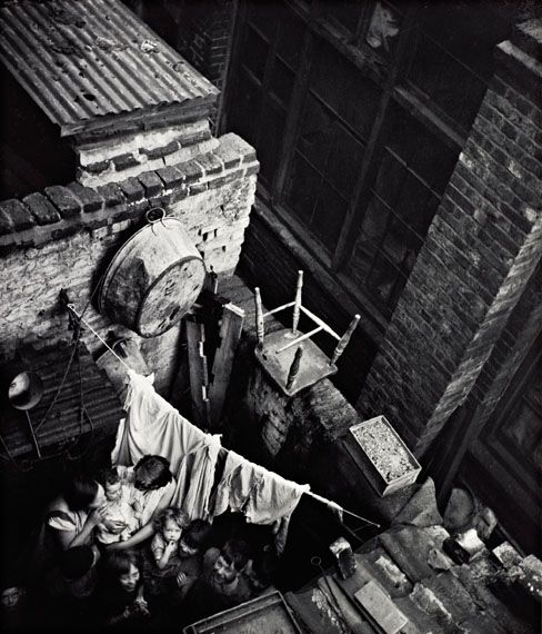 Edith Tudor-Hart Gee Street, Finsbury, London, um 1936 Neuer Silbergelatine-Abzug, 34,1 × 29 cm © Scottish National Portrait Gallery / Archive presented by Wolfgang Suschitzky 2004