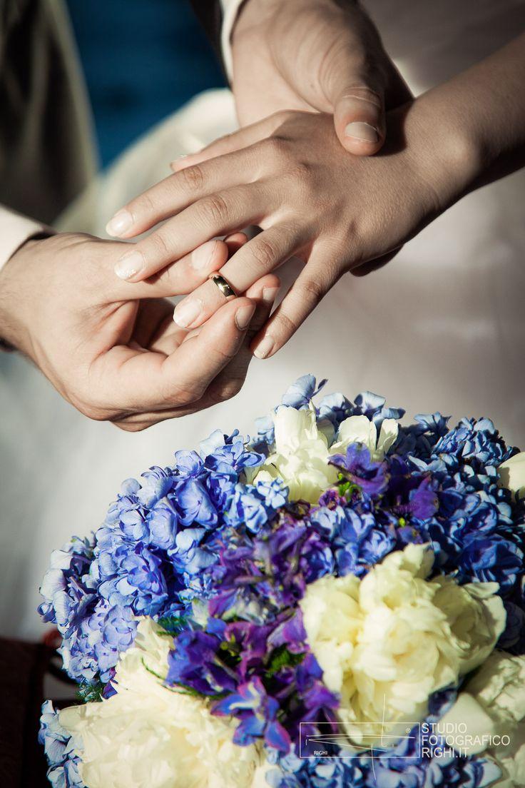 Che si tratti di una spilla, un gioiello, un fiocchetto, oppure la tanto amata giarrettiera, indossare qualcosa di blu alle proprie nozze non può che portare un felice augurio per il futuro. Simbolo infatti di lealtà e purezza, fedeltà e amore duraturo.