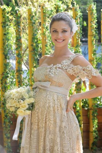 O vestido usado pela atriz Grazi Massafera, como Lívia em Negócios da China, foi feito à mão pela estilista e artesã alagoana Marta Medeiros.  Sérgio Huoliver
