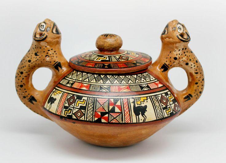 Керамика Инков создавалась на основе искусства завоеванных народов, таких как Чиму или Чанкай. Преимущественные цвета раскраски были черный, белый, желтый, оранжевый и красный. Как правило, на отполированных поверхностях изображались геометрические декоративные элементы.