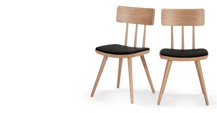 Die Kitson Esstischstühle in Esche Natur und Schwarz bringen etwas Retro-Stil in die Küche oder ins Esszimmer.