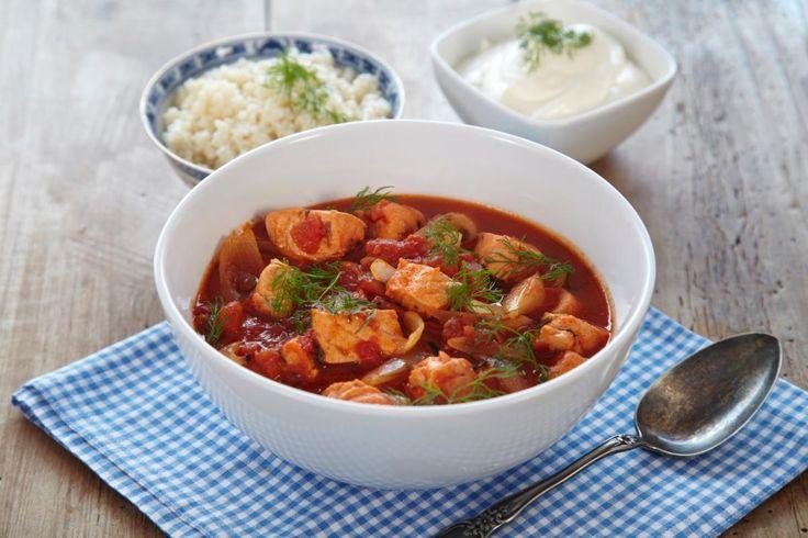 Laks er en rimelig og lett tilgjengelig fisk som de fleste liker smaken på. Denne oppskriften gir deg en lettvinn og god laksegryte. Sammen med knuste tomater, løk, dill og litt krydder, får fisken godt selskap. Server gjerne ris eller couscous ved siden av.
