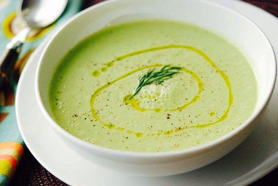 Koude komkommersoep - 2 komkommers, zaadlijsten verwijderd - 400 ml groente bouillon  - 400 ml Griekse yoghurt - gefruit uitje en knoflook - zodra afgekoeld naar smaak toevoegen: avocado, veldsla, munt, evt peterselie