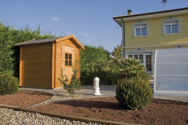 Caseta de madera en jardín de bajo mantenimiento