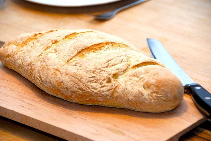 Opskrift på et dejligt durumbrød, der er nemt at bage. Durumbrødet bages med durum hvedemel, og et klassisk italiensk brød. Til et lækkert durumbrød skal du bruge: 3 deciliter lunkent vand 40 gram …