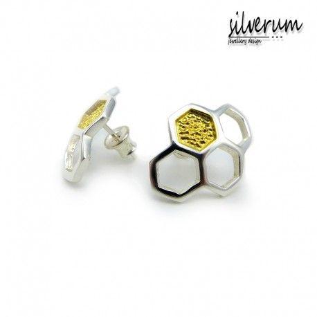 Ażurowe lekkie kolczyki na sztyfcie w postaci plastrów miodu wykonane ze srebra miejscami złocone.