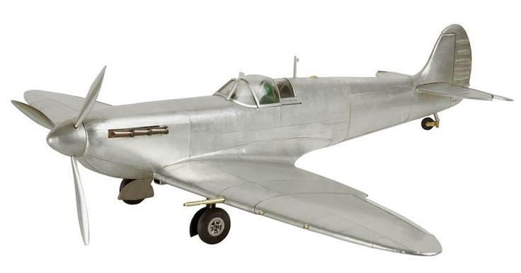 Spitfire es un legendario avión de combate que apareció por primera vez en 1936. Entre sus características destaca su corto alcance, alto rendimiento, gran velocidad y maniobrabilidad.
