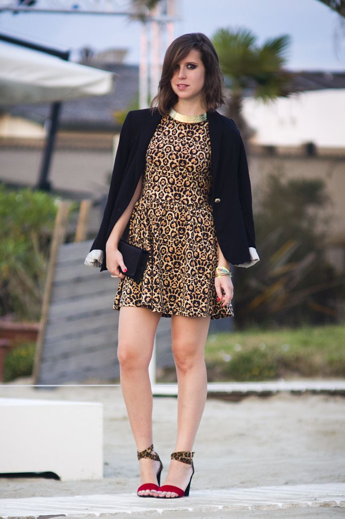 Animalier dress, black blazer, black clutch, heleed sandals animalier, red and black / vestito leopardato, blazer nero, pochette nera e sandali con tacco rossi leopardati e neri