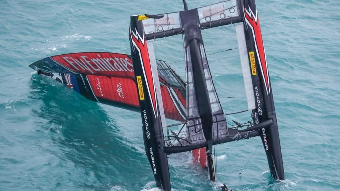 Spectacular Crash in Americas Cup - Kiwi team crashes with boat