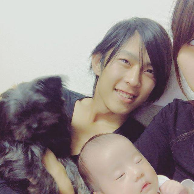 あたいの家族👨👩👧🐶 . がっつりスッピン母(私) 髪の毛ペタンコ父(旦那) 頭が長い半目娘(柚羽) もはや目がどこにあるか分からない愛犬(だんご) . 水沼家です。 . . #my#family#darling#baby#dog#love#babygirl#couple#happy#life#instababy#instagood#家族#旦那#愛犬#愛娘#生後1ヶ月#生後37ヶ月#新米ママ#新米パパ#水沼家#大好き#ママリ#1年記念日 #そんな水沼夫婦 #今日で付き合って1年 #夜は久々に夫婦でデート #そのかわり #日曜日は家族DAY #大好きだMYFAMILY