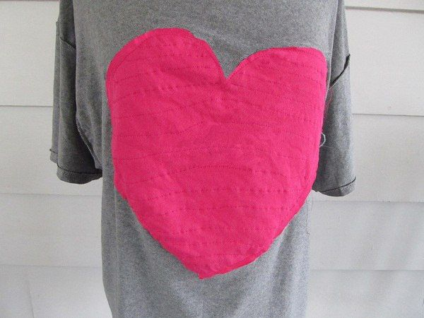 We kindly thank Anne  for allowing us to re-post her wonderful idea on how to make this gorgeous T-shirt , simply perfect for any occas...