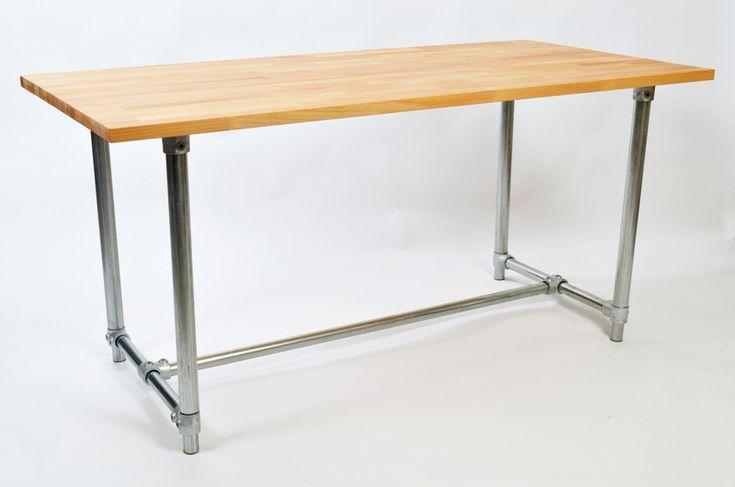 Tafels, werkbanken, bureaus die allen in hoogte verstelbaar zijn. Hierdoor kun je bijvoorbeeld zit en staande werkplekken creëren.
