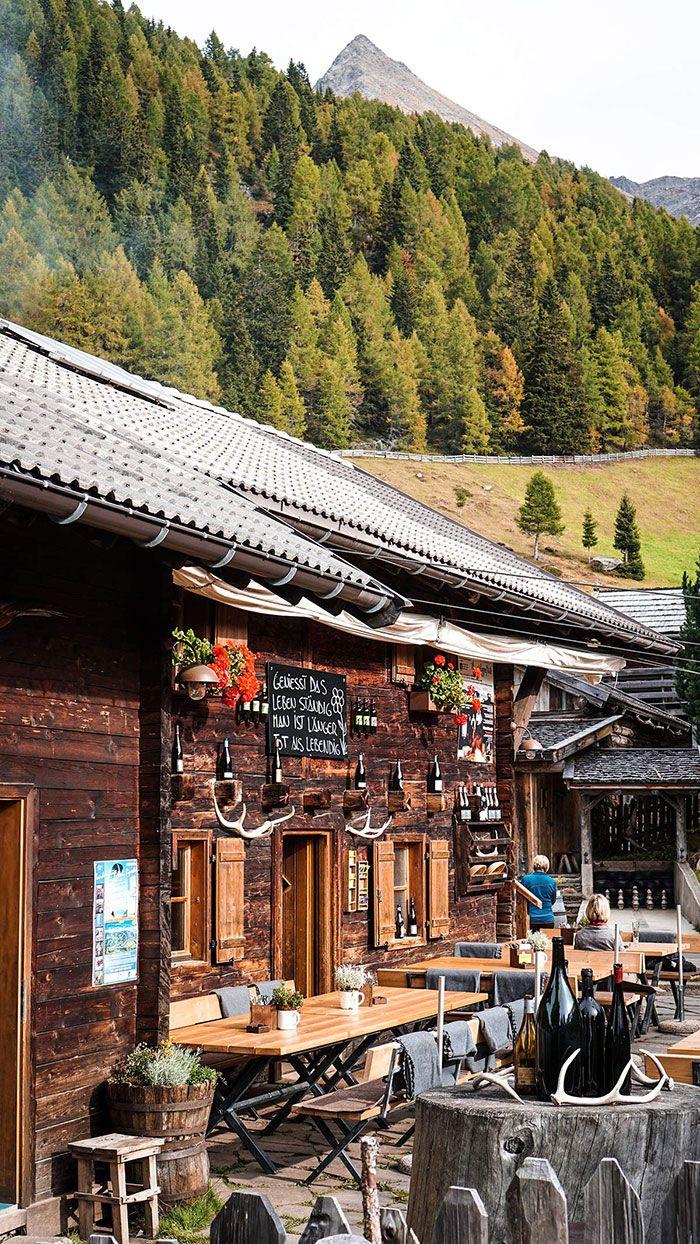 Wandern in den Bergen. Ein perfekter Ort - Südtirol und die Gompm Alm!  Ein wunderschöner Ort. Mehr Tipps für Meran und die Umgebung findet ihr auf www.lilies-diary.com.