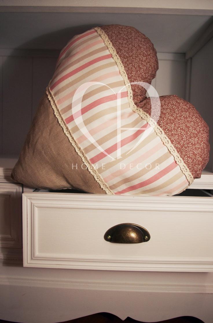 cuscino nelle tonalità del rosa antico e sabbia
