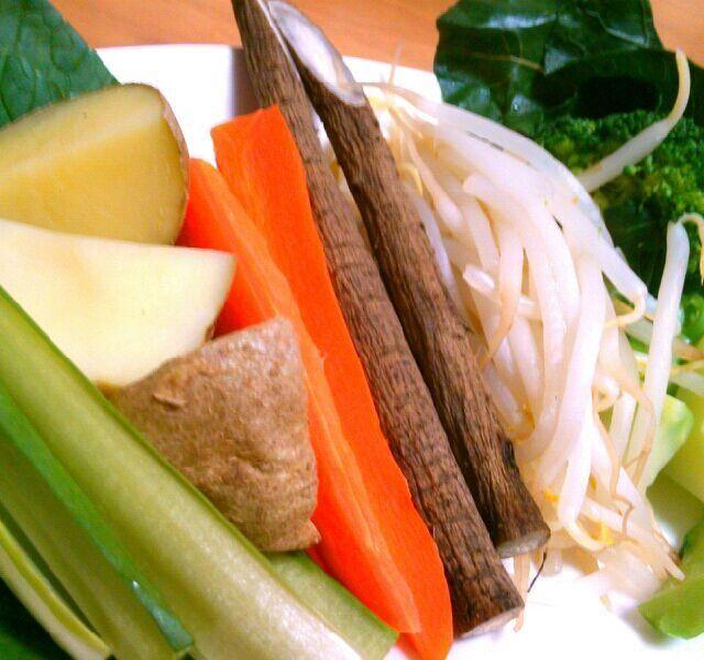 根菜はレンチン、ブロッコリーは固めが好きなので茹でるけど、葉っぱがいくつもついてるからついでに茹でてみた。ホットサラダなんだけと小松菜だけは生。シャキシャキいい感じ! 並べただけなんだけどセガレはご満悦(笑) ゴマドレちょんちょんしてごちそうさま(*´人`*) - 53件のもぐもぐ - 温野菜ならべただけ by shizt