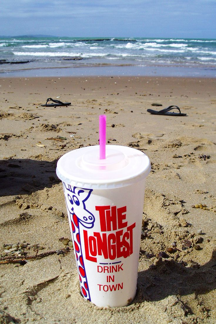 The Longest Drink in Town - since 1968, this iconic blue and red giraffe image has appeared on the side of paper cups used by dairies and icecream parlours for milkshakes. Photo by clrgraphics. #kiwiana #nz #milkshake