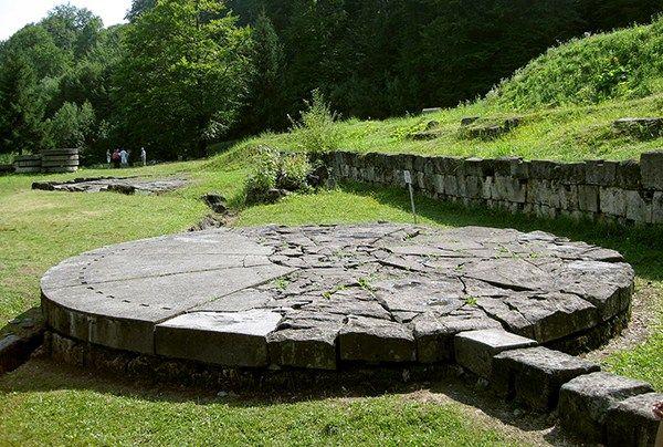 Sarmizegetusa - Un alt obiectiv turistic prezentat în acest site este Sarmizegetusa Regia, ales nu întâmplător, ci tocmai actualităţii acestui subiect