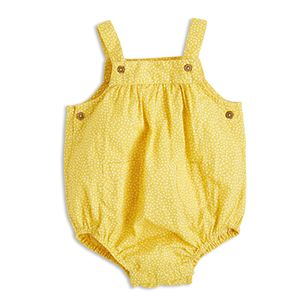 A totally adorable romper suit with a wide fit fort best comfort possible. The lightweight cotton-weave make this a great piece for warmer days too.  - Straps with adjustable button fastening - Buttoning at the sides - Double front pockets - Push buttoning to crotch - Elasticated leg openings - Lightweight, woven organic cotton  Item code:7360501
