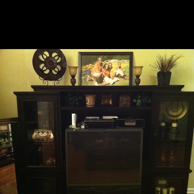Love the decorative plate on top of entertainment center for Decorating entertainment center ideas