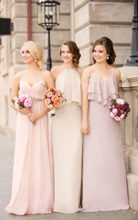 Chicas vestidas como damas de honor en color beige