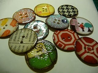 Super Cool Buttons. Made from paperboard and using Fiskars circle cutter and gloss/crackle. Click here for tutorial: elinarsku.blogspo...