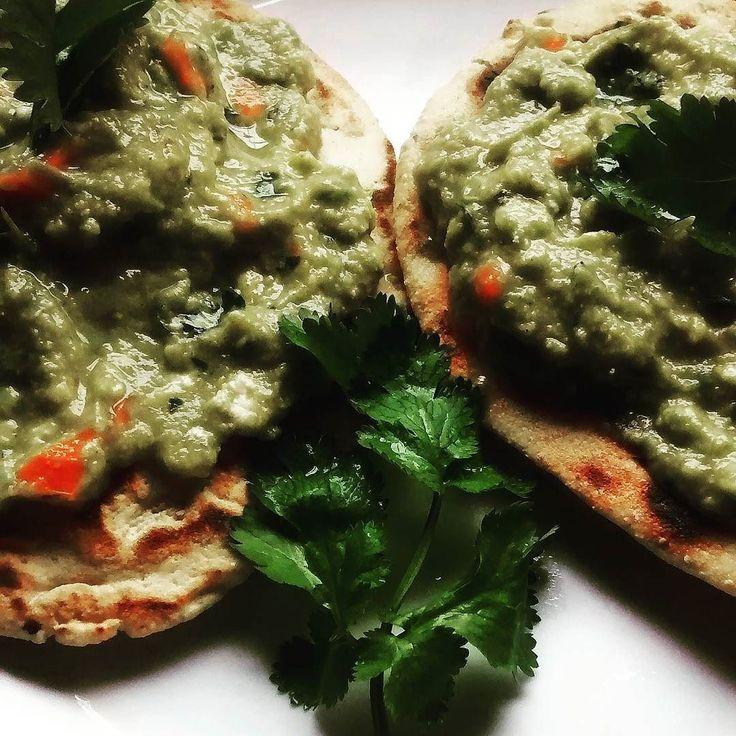 #ladehoy pan plano de harina de #garbanzos #quinoa y #orégano con #guacamole de la casa toque de pimienta de cayena #vegetariana #glutenfree #veggies #veggielover #veggiefood #veggiefan #singluten #sintacc #instalike #instafood #food #vegetarian #healthylifestyle #gymvirtualfood #gymvirtual #ypct #friday #healthylife #healthyfood #saludable #chickpea #bread #healthy