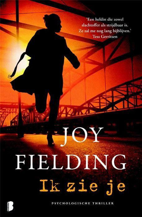 Ik hou je in de gaten  Joy Fielding is de koningin van de psychologische thriller Bailey Carpenter is onderzoeker voor een advocaten kantoor. Tijdens een nachtelijke observatieklus wordt ze van achteren aangevallen en voor dood achtergelaten. Vanaf dat moment heeft ze geen grip meer op haar leven; de nachtmerries dringen zich ook op als ze klaarwakker is en ze krijgt last van paniekaanvallen. Langzaam maar zeker wordt ze een gevangene in haar eigen huis. Tot ze een uitlaatklep vindt: met…