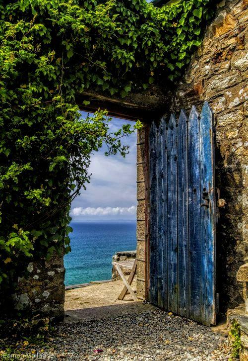 Portón al mar.