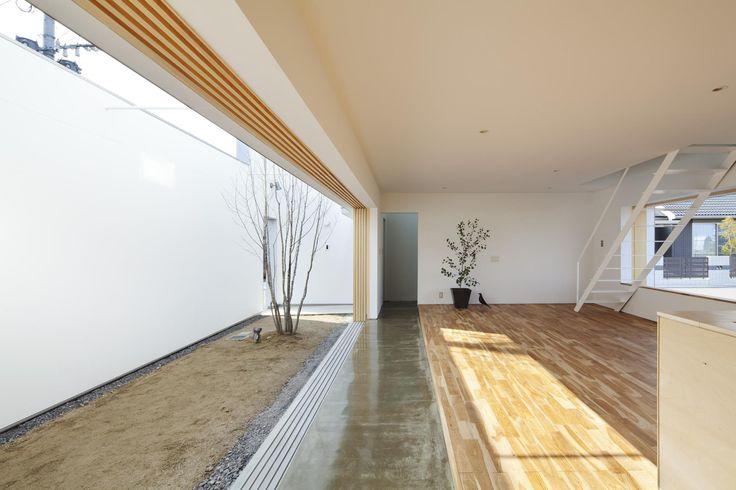 越來越多日本民宅,喜歡將室內與牆面分隔,中間創建一個半戶外的庭院或廊道,再以不同地面材質或高低區別空間;這種結構的立面從外側保持私密性,並引入光線、讓空氣流通,生活變得更開闊、與自然相連。 via eto-atl.com