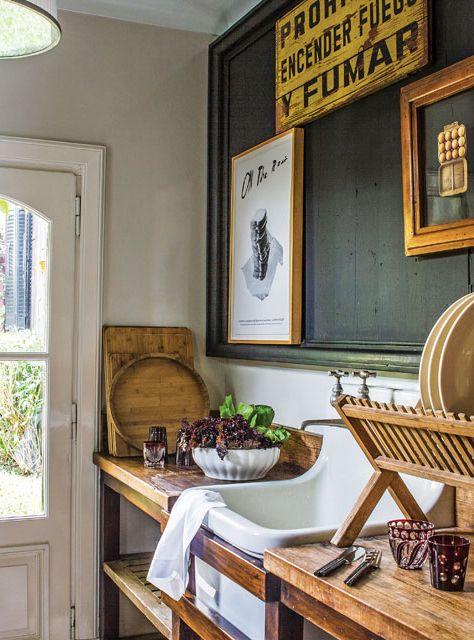 En la cocina de la casona del productor de muebles Pablo Ledesma hay una pileta enlozada inglesa, un pizarrón con marco hecho a partir de tablas y secaplatos de madera.