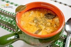 Régi korokat idéző leves, abból az időből, amikor még nyáron megaludt a tej. Manapság ez sajnos már ritkán fordul elő, így aki nem tud aludttejhez jutni, készítheti kefírrel is. Hozzávalók: 2 ek olaj 1 kk pirospaprika 60 dkg krumpli megtisztítva, kockára vágva 2 babérlevél 2 kk só 5 dl aludttej 1 ek liszt egy csokor …