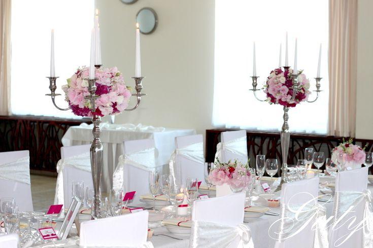 Guty Svadobná výzdoba ružová návleky na stoličky kvetinová výzdoba kovové päťramenné  svietniky strieborné