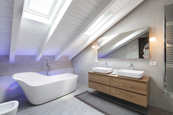 In bagno, dietro la vasca freestanding per creare un effetto 'cromoterapia' sono stati utilizzati faretti da incasso a pavimento (mod. Eyes B-1 LED controllati da sistema Color DMX UID8540, di Philips) (cortesia: Brian Sironi)