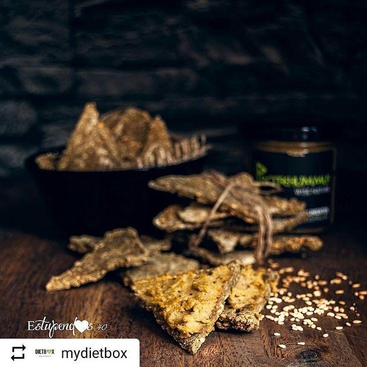 #Repost @mydietbox with @instatoolsapp   Protehummus con crackers de cáñamo y espirulina  .  Ingredientes: . - 1 cucharada de proteína de cáñamo ecológica en polvo @gloriososupernutrients - 2 cucharadas de semillas ecológicas de sésamo caramelizadas con espirulina @ecoriginal.organic - 3 cucharadas de semillas de lino - 60g de harina de garbanzo - 1 cucharadita de panela - 2 cucharadas de aceite de sésamo - Sal rosa del Himalaya @regional.co - Sal y agua - Paté ecológico de garbanzos…